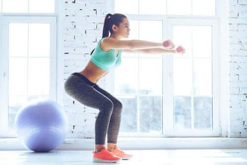 Painojen kanssa tehtävät kyykyt ovat tehokkaita harjoituksia jalkalihasten kasvattamiseen