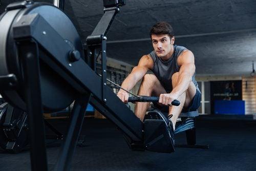 Kuntosalin laitteilla voi tehdä myös aerobisen treenin