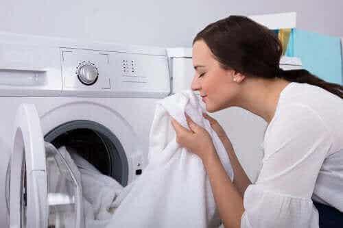 Tunkkaiselta haisevien vaatteiden puhdistaminen