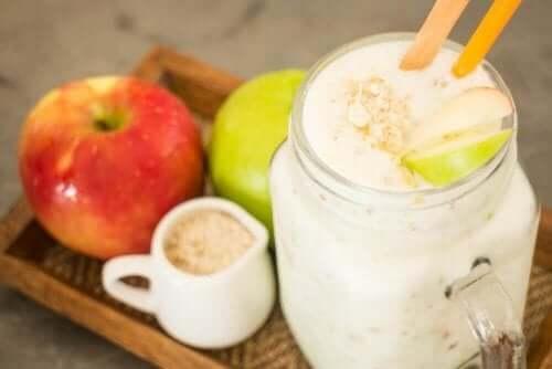 Terveelliset smoothiet omenasta ja kaurasta.