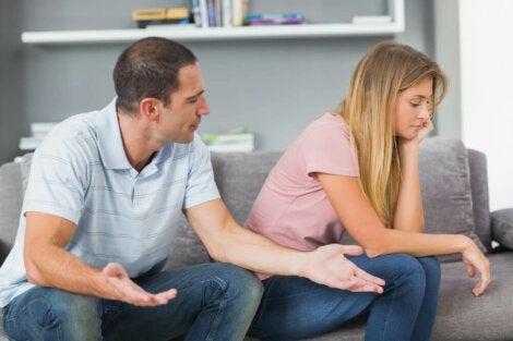Keskustelu sohvalla.