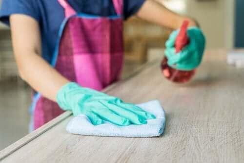Puupöydän puhdistus