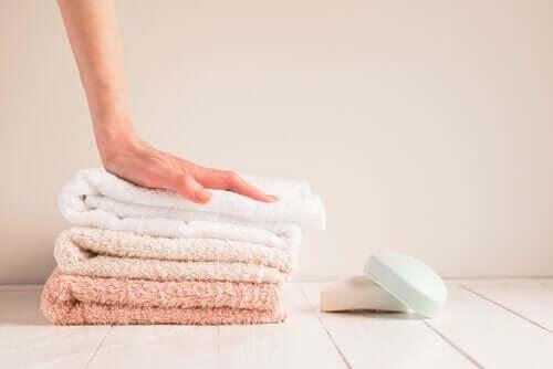 Puhtaat pyyhkeet ja saippua.