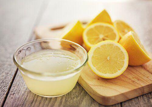 Sitruuna vaalentaa ihoa ja poistaa läiskiä