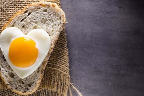 Munanvalkuaiset ja vaalea leipä ovat helposti sulavia ruokia