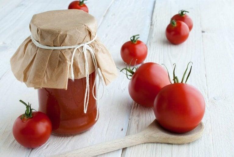 Tomaatin säilöntä purkkiin kotikonstein