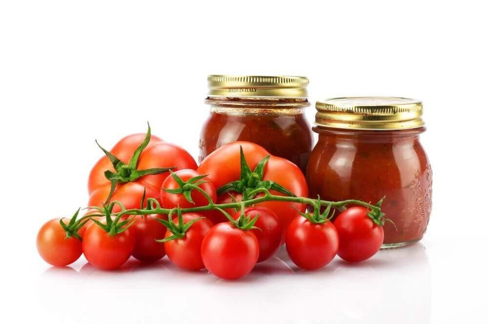 Tomaatin säilöntä lasipurkkiin kannattaa.