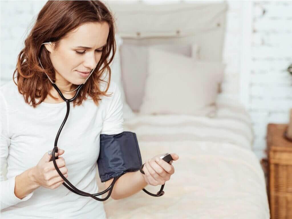 Nainen mittaa verenpaineensa.