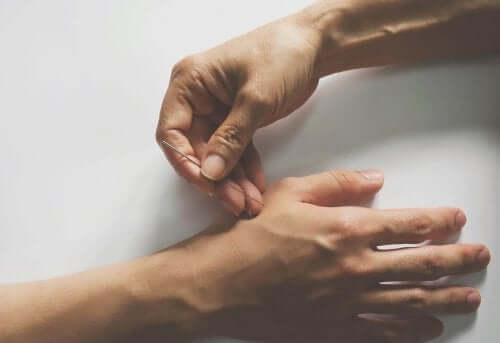 Nivelkipua voidaan hoitaa akupunktiolla