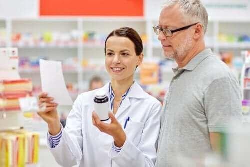 Rappeuttavaa nivelsairautta voidaan hoitaa lääkityksellä.