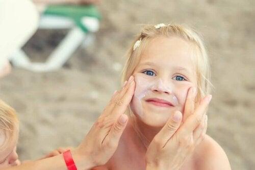 Lasten iho on jo kehittänyt orvaskeden, joka täyttää yhtä sen päätehtävistään eli suojaa ihmistä ulkoisilta ärsykkeiltä