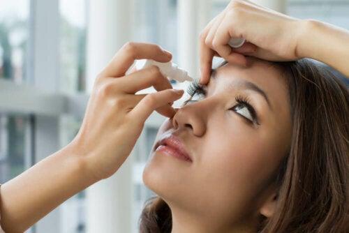 Brimonidiini on saatavana silmätippojen muodossa tulevana liuoksena ja sen annostelu tapahtuu oftalmisesti eli silmään annostelun kautta