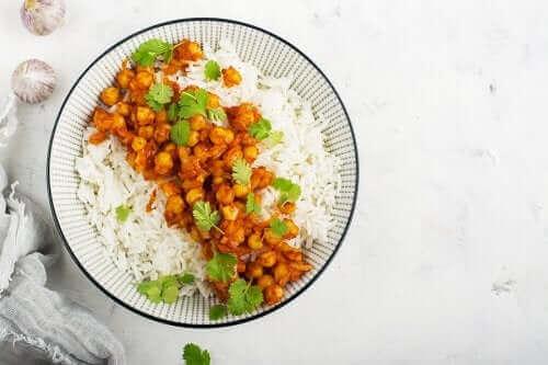 Currymaustetut kikherneet sopivat riisin kanssa