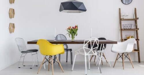Erilaiset tuolit ovat omaperäinen keino sisustaa pöydän ympärys
