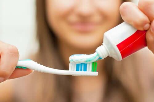 Tärkein toimenpide riittävän suuhygienian ja oikomishoidon yhdistämiseksi on ehdottomasti itse hampaiden harjaus