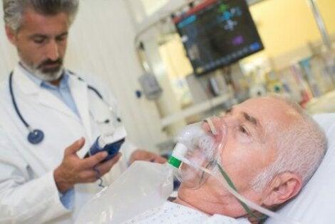 Akuutissa vaikeassa astmassa esiintyvää hypoksemiaa voidaan yleensä korjata pienillä happea elimistössä lisäävillä annoksilla, jota annostellaan potilaalle happinaamarin tai nenään asetetun kanyylin kautta