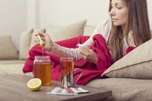 Kolme hunajahoitoa flunssan lievittämiseksi