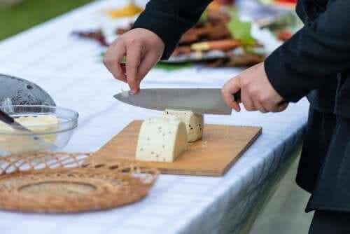 Vinkkejä juuston oikeaoppiseen leikkaamiseen