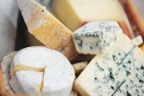 Jotta juusto ei tarttuisi veitseen, veitsi kannattaa upottaa kevyesti kuumaan veteen juuri ennen juuston leikkaamista