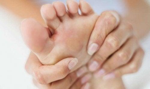 Tarsaalitunnelioireyhtymässä hermojen puristuminen nilkan lähellä aiheuttaa voimakasta kipua ja turvotusta