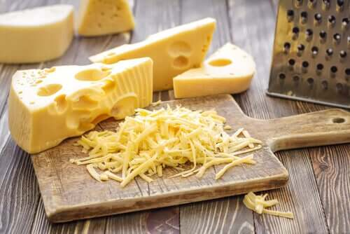 Kovien juustojen tapauksessa suosituksena olisi käyttää kaksoiskahvalla varustettua terävää veistä ja juusto tulisi leikata huoneenlämpöisenä