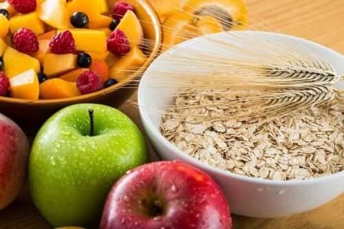 Runsaasti kuitua sisältävät elintarvikkeet helpottavat sekä ulostamista että pehmentävät ulosteen koostumusta