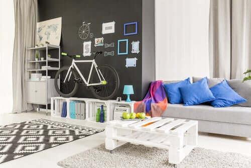 Olohuoneen voi sisustaa tyylikkäästi kuormalavoilla