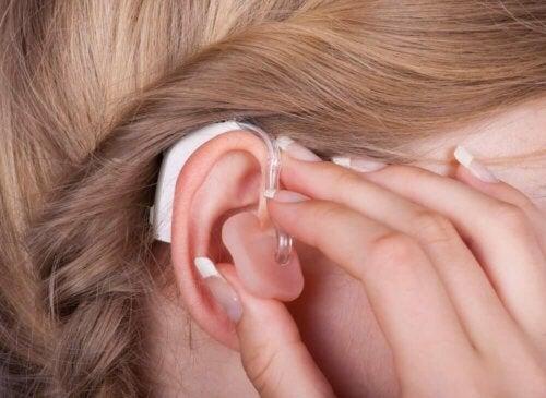 Sensorineuraalisen kuulon heikentymistä voidaan hoitaa sekä implantoitavilla että ei-implantoitavilla proteeseilla