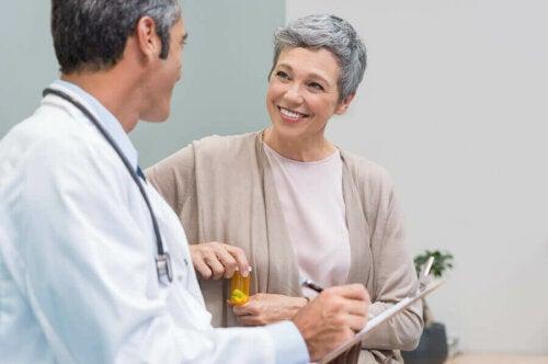 Lääkäri voi joissakin tapauksissa määrätä potilaalle myös hormonaalista hoitoa, joka koostuu estrogeenin annostelusta