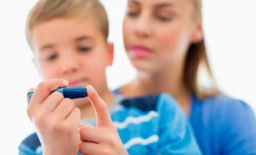 Yksi yleisimmistä syistä lasten nefroottiseen oireyhtymään on lapsuuden diabetes, joka voi vaurioittaa munuaisia vaikuttamalla munuaisten hiussuonikeräsiin ja estäen niiden asianmukaista toimintaa