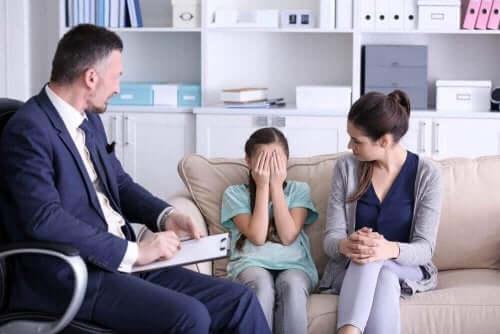 Lasten uhmakkuushäiriötä voidaan hoitaa terapialla