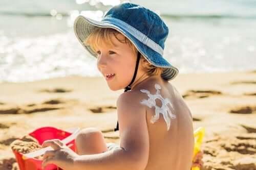 Miksi lasten ihosta huolehtiminen on kesällä tärkeää?