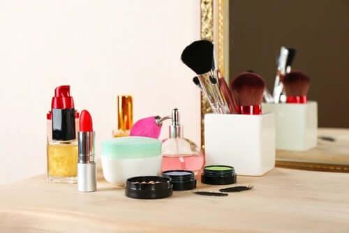 Parabeenit ovat säilöntäaineita, joita lisätään useimpien kosmetiikkatuotteiden lisäksi myös lääkinnällisiin ja teollisiin tuotteisiin