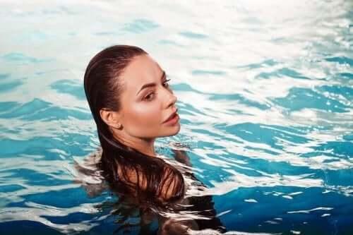 Nainen uima-altaassa.