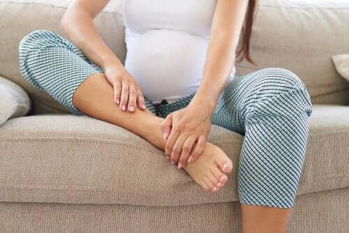 Jalkojen hierominen raskauden aikana voi vähentää niiden epämukavuutta