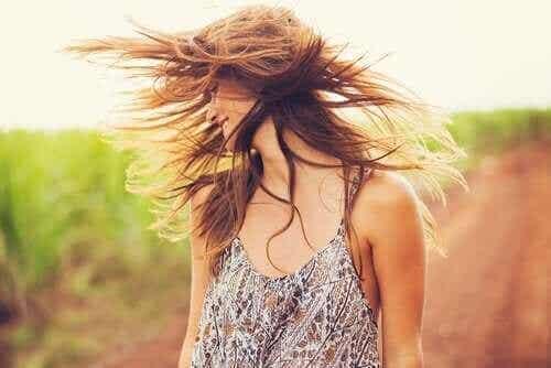 Hiusten elvyttäminen savella ja kookosöljyllä