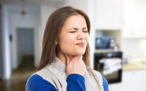 Useimmat nielemishäiriöt aiheuttavat dysfagiaa eli nielemisvaikeuksia, jotka muistuttavat tunnetta siitä, että ruoka ei kulje kunnolla tai sen liike pysähtyy jossain kohtaa kaulaa