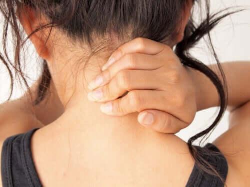 Myasthenia gravisiksen tärkein oire on lihasten heikkous, jota voi esiintyä kasvojen lisäksi myös raajoissa ja niskassa