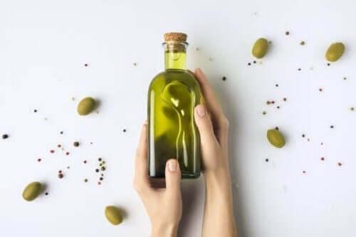Oliiviöljy auttaa vahvistamaan kynsiä