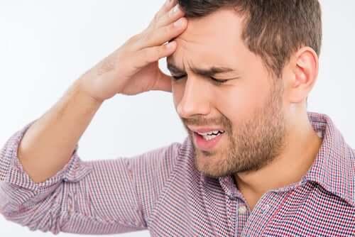 Päänsärky ja herkkyys valolle ovat joitakin tämän lääkkeen käytön mahdollisista haittavaikutuksista