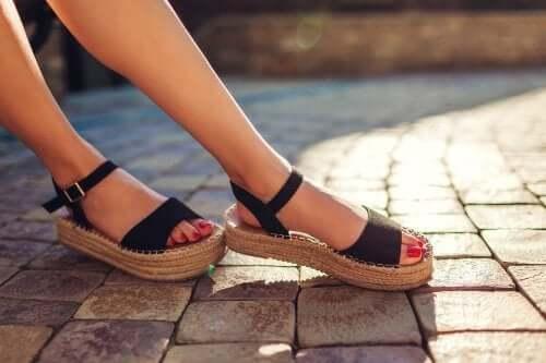 Näin poistat pahan hajun sandaaleista