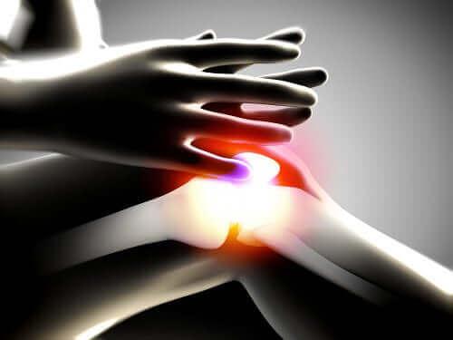 Rappeuttava nivelsairaus: kipua polvessa.