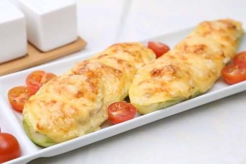 Täytetyt kesäkurpitsat on helppo valmistaa kotona juuri oman maun mukaan esimerkiksi jauhelihalla, kasviksilla, juustolla tai kinkulla