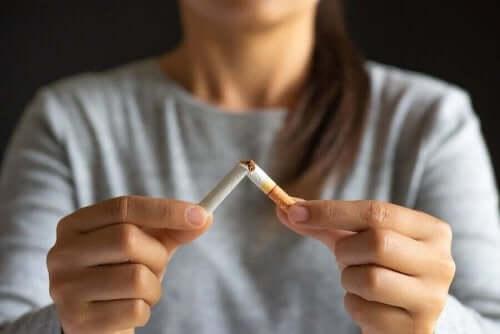 Nikotiinipurukumia savukkeen sijaan.