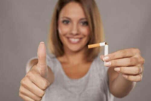 Nainen katkaisi savukkeen.