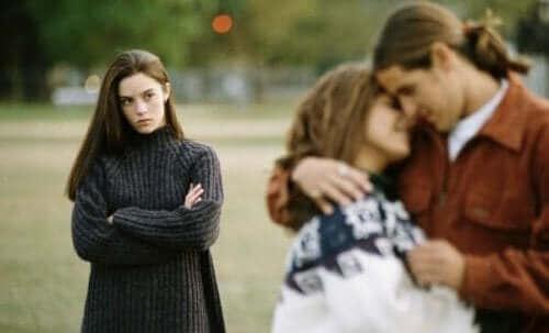 Pari halailee ja tyttö katsoo vierestä.