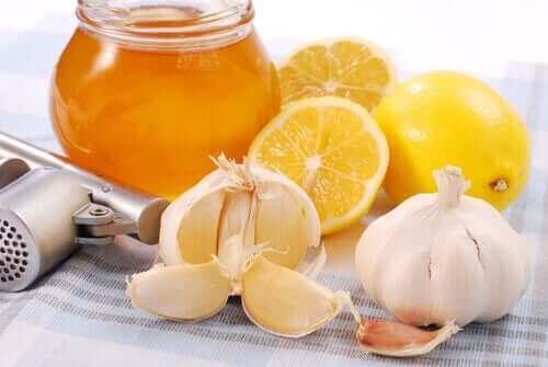 Sitruunalla, valkosipulilla ja hunajalla selätät flunssan.