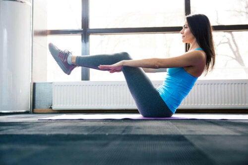 Veneasento eli Paripurna Navasana on yksi tehokkaimmista jooga-asanoista vahvempiin vatsalihaksiin