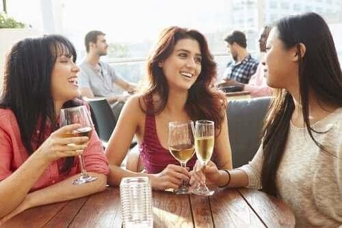 Parisuhteen osapuolet tarvitsevat omaa aikaa ystäviensä tapaamiseen