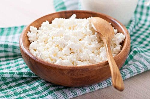 Raejuusto on loistava välipalavaihtoehto erityisesti niille, jotka haluavat pudottaa painoa, sillä siinä on monista muista maitotuotteista ja juustoista poiketen vain vähän rasvaa
